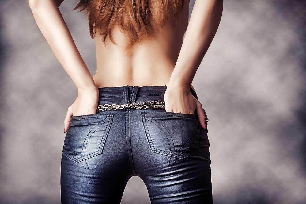 אישה לובשת ג'ינס